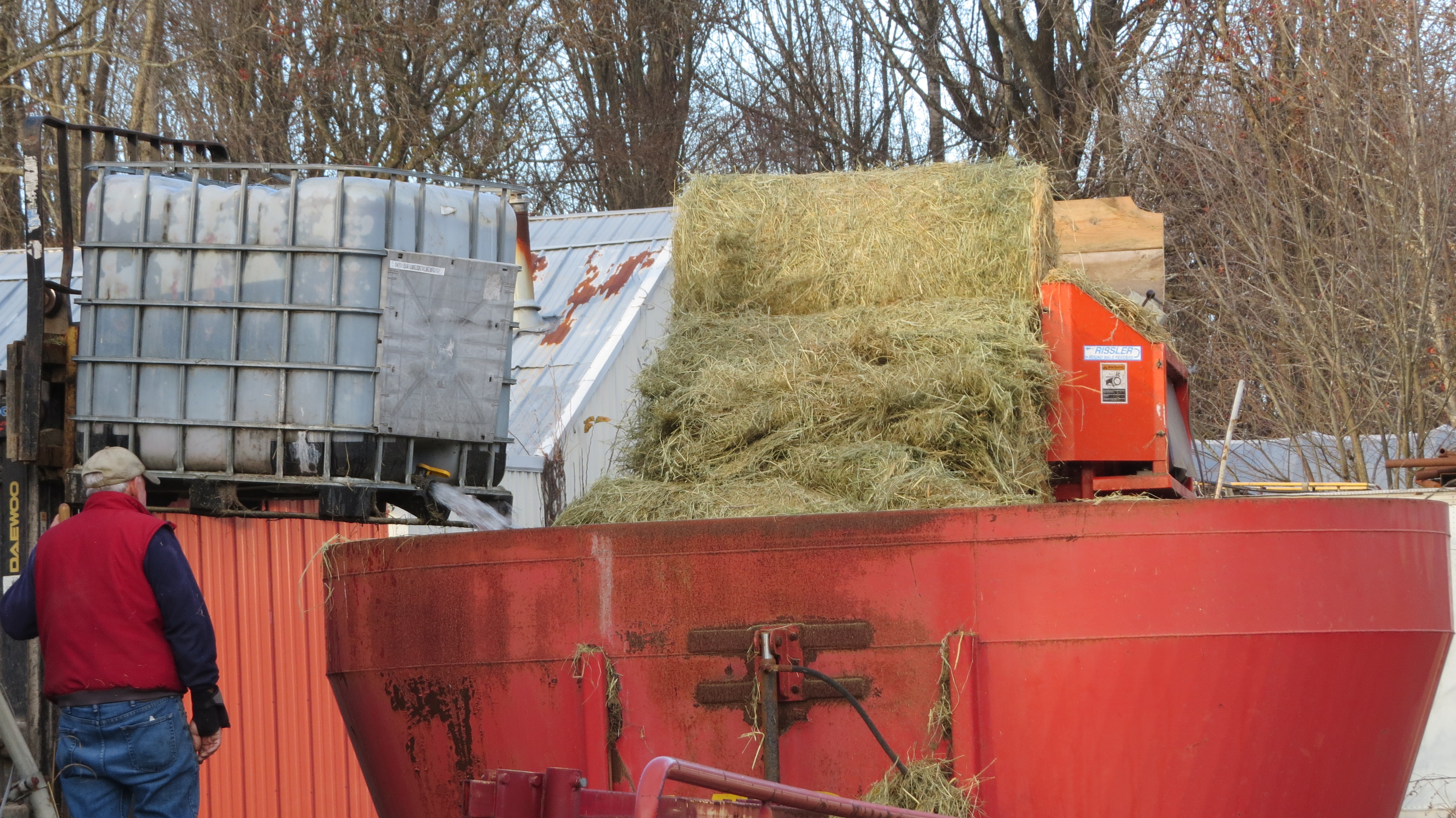 auction hay sold wagon november feeder apache image bale item round for